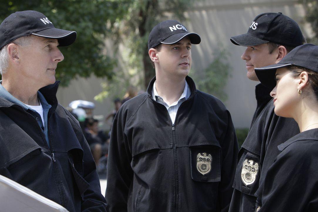 Eine Bank auf dem Navy-Stützpunkt in Quantico wird überfallen und dabei der Wachmann, Ray Vittorio, erschossen. Gibbs (Mark Harmon, l.), McGee (Se... - Bildquelle: CBS Television