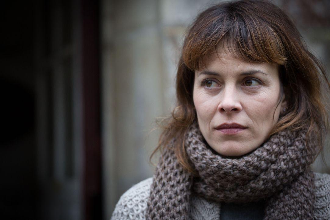 Hat Angèle Simon (Armelle Deutsch), die Freundin der Mutter des vermissten Mädchens, etwas mit dem Verschwinden zu tun? - Bildquelle: Eloïse Legay 2016 BEAUBOURG AUDIOVISUEL