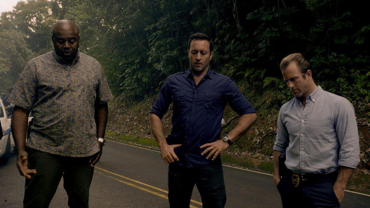 Müssen den Mord an einem Kopfgeldjäger aufklären: Steve (Alex O'Loughlin, M.), Danny (Scott Caan, r.) und Grover (Chi McBride, l.) ... - Bildquelle: 2015 CBS Broadcasting Inc. All Rights Reserved.