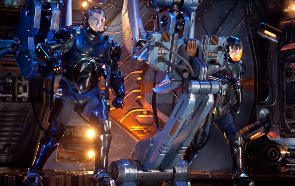 """Gemeinsam einen Jaeger-Roboter zu steuern, heißt für Raleigh (Charlie Hunnam, l.) und Mako (Rinko Kikuchi, r.), ihre Gedanken im sogenannten """"Drift""""... - Bildquelle: 2013 Warner Bros. Entertainment Inc. and Legendary Pictures Funding, LLC"""