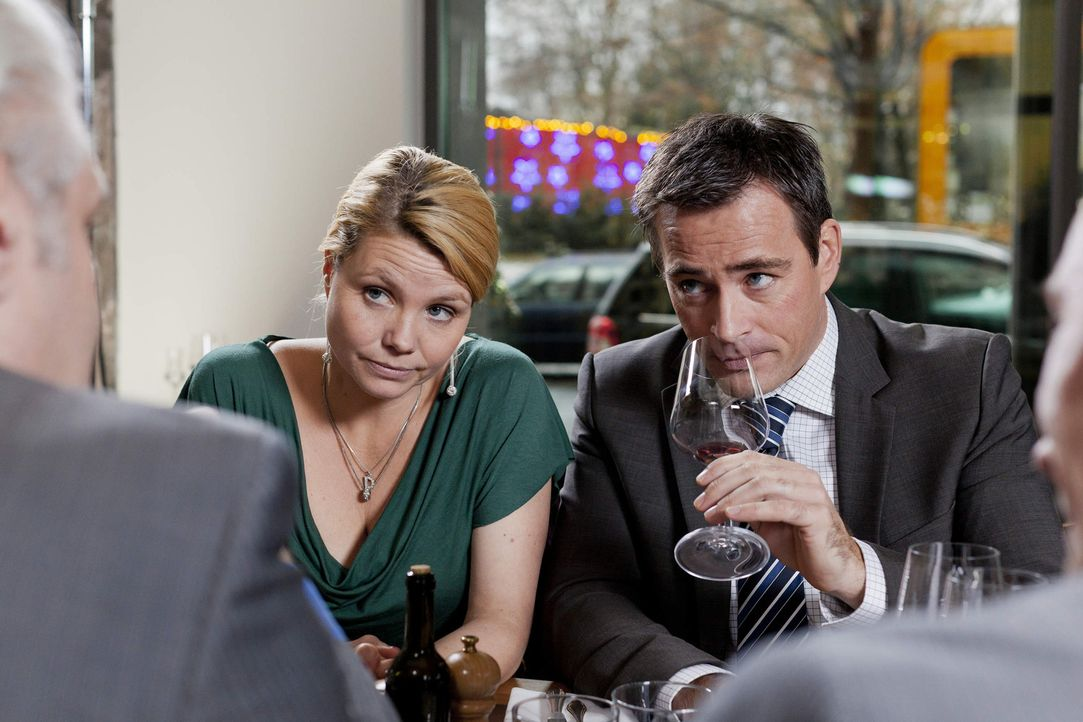 Während Kurt seine eigene Wohnung bezieht, versuchen Danni (Annette Frier, l.) Oliver (Jan Sosniok, r.) einen wichtigen Mandanten für die Kanzlei... - Bildquelle: Frank Dicks SAT.1