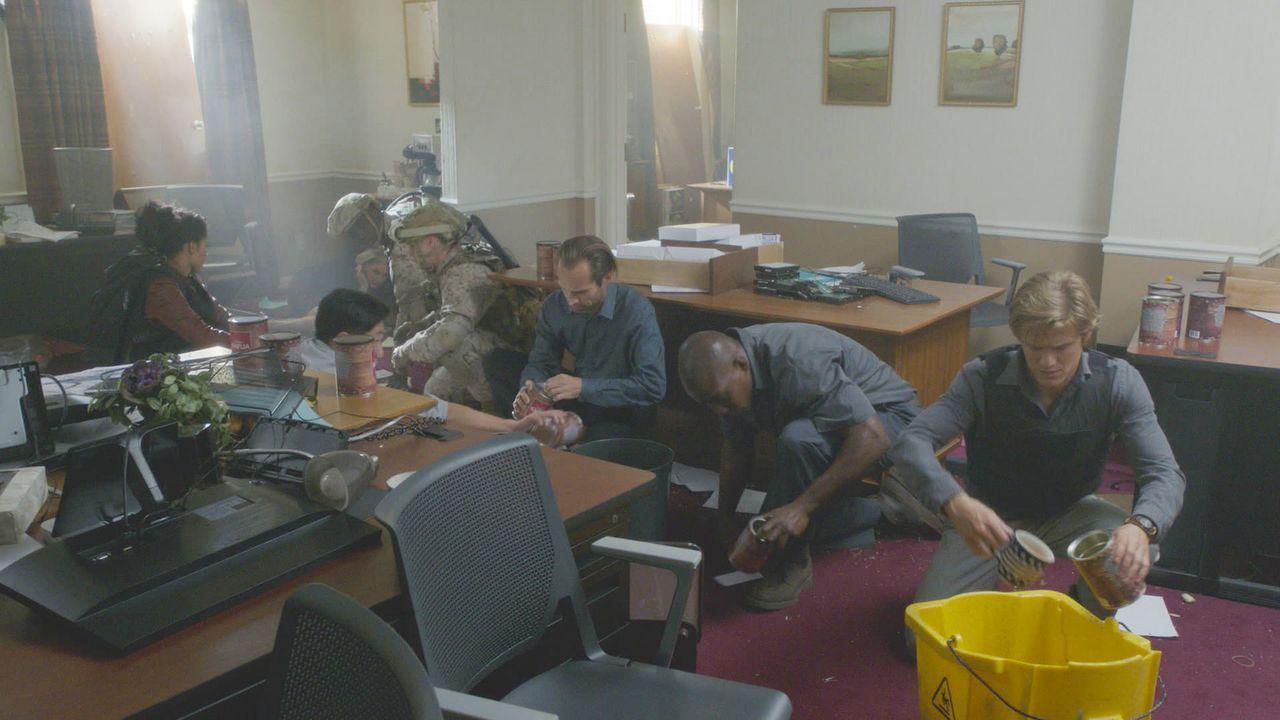 In der amerikanischen Botschaft in Lettland bauen MacGyver (Lucas Till, r.) und Co eine Bombe aus verschiedenen Putzmitteln. Kann die überhaupt gezü... - Bildquelle: 2016 CBS Broadcasting, Inc. All Rights Reserved