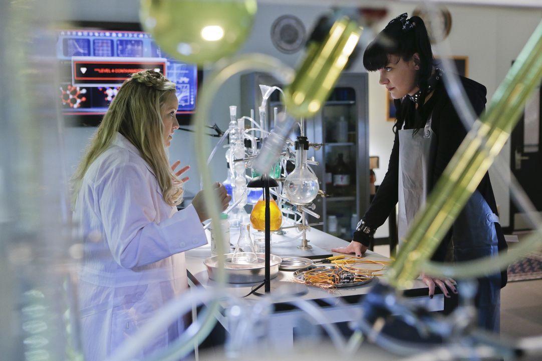 Hat Dr. Janice Brown (Lucy Davis, l.) etwas mit dem aktuellen Fall zu tun, den Abby (Pauley Perrette, r.) und das restliche Team bearbeiten? - Bildquelle: Sonja Flemming CBS Television