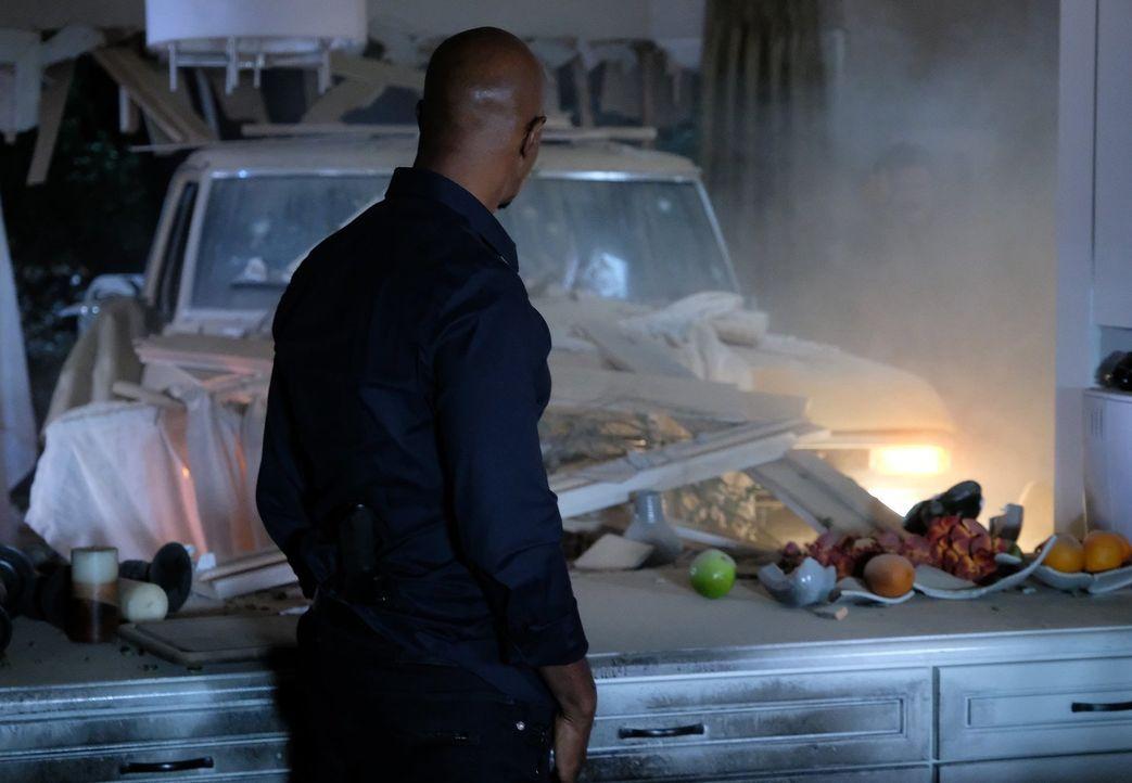 Als Murtaugh (Damon Wayans) in seinem Zuhause unter Beschuss gerät, eilt Riggs zur Hilfe und kracht mit seinem Truck direkt in das Wohnzimmer ... - Bildquelle: Warner Brothers