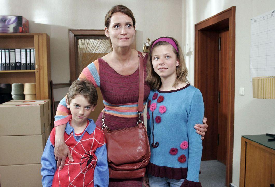 Eva (Anja Kling, M.) sieht endlich eine Chance für ihre Zukunft und die ihrer Kinder Ben (Joel Eisenblätter, l.) und Anna (Leonie Kahl, r.) ... - Bildquelle: Sat.1