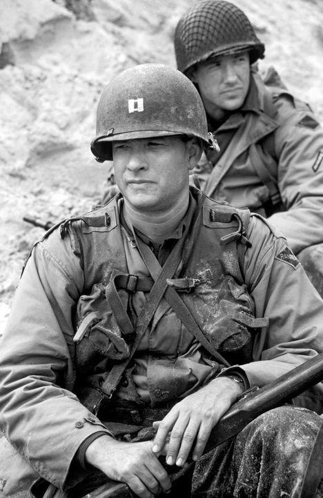 Captain Miller (Tom Hanks, vorne) und der Reiben (Edward Burns, hinten) sollen einen hinter den feindlichen Linien abgesprungenen Fallschirmjäger n... - Bildquelle: United International Pictures