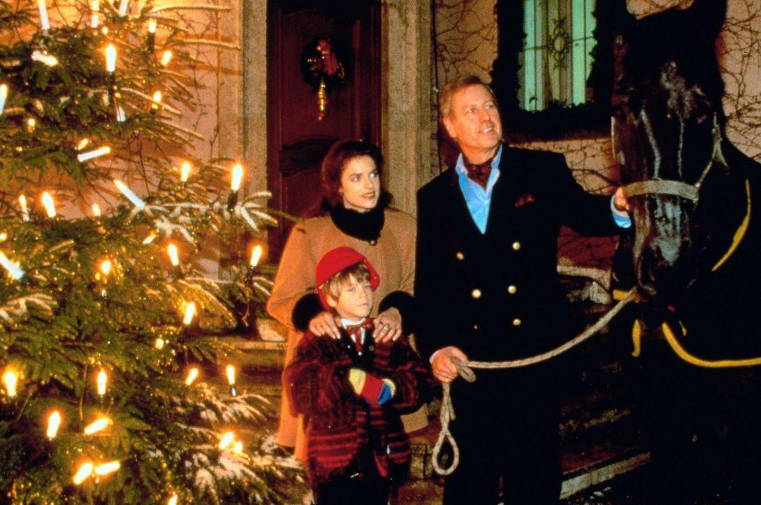 """Heinrich Obermayr (Gerhard Lippert, r.) präsentiert stolz den Rappen """"Blizzard"""" - sein Weihnachtsgeschenk für den kleinen Robert (Robert Grober, l... - Bildquelle: Sat.1"""