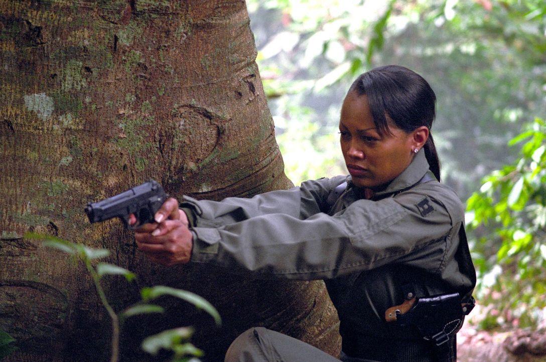 """Mitten über feindlichem Gebiet abgestürzt: die amerikanische """"Eagle One""""-Pilotin Amy Jennings (Theresa Randle) ... - Bildquelle: 2005 The Pacific Trust. All Rights Reserved."""