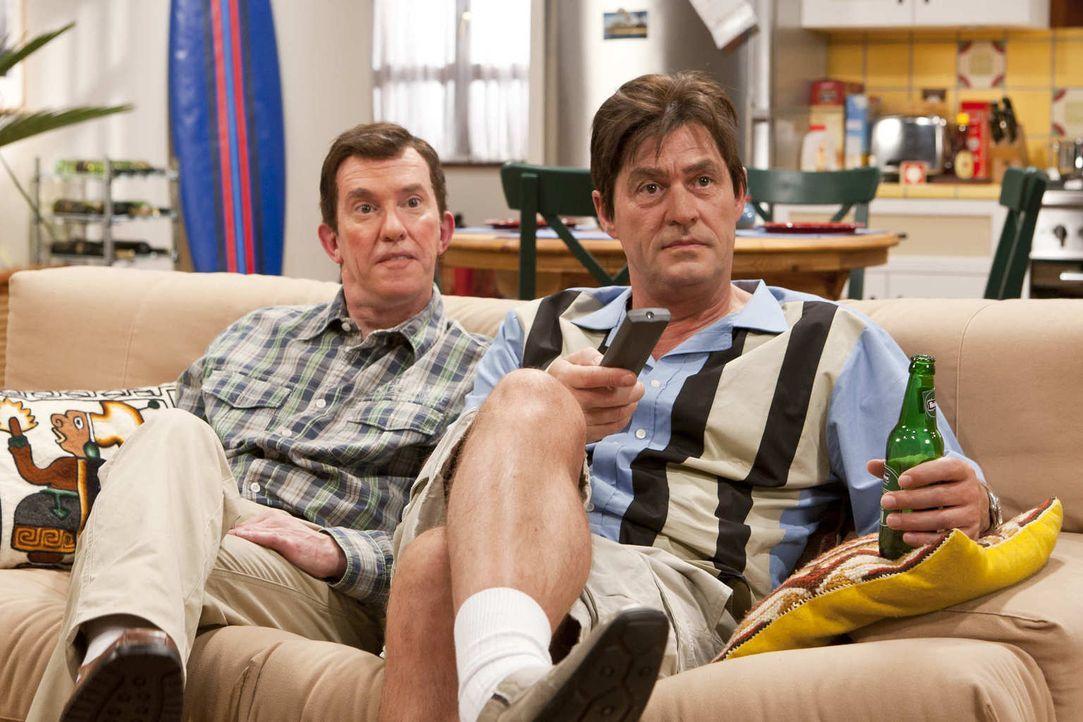 (5. Staffel) - Charlie Harper (Michael Müller, r.) hat sich mit seinem Bruder Alan (Peter Nottmeier, l.) inzwischen arrangiert .. - Bildquelle: Kai Schulz ProSieben