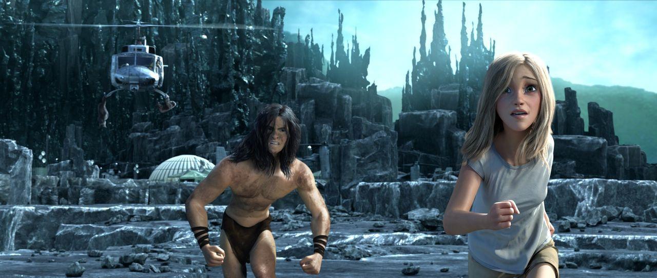 Verfolgt von einem Helikopter, versuchen Tarzan (l.) und Jane (r.) zu fliehen. Tarzan scheint erschöpft und in Janes Augen macht sich Panik breit. W... - Bildquelle: Constantin Film
