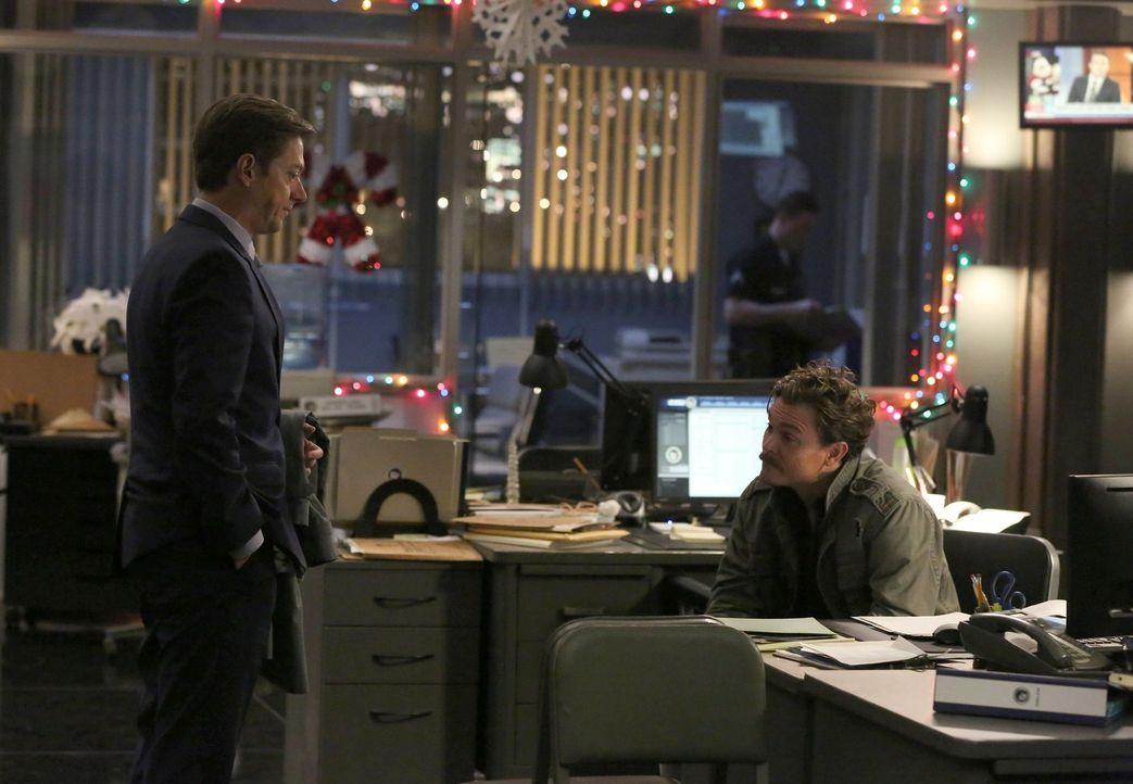 Captain Avery Brooks (Kevin Rahm, l.) beauftragt Riggs (Clayne Crawford, r.) und Murtaugh, einen neuen Mordfall zu lösen. Doch dieser nimmt ungeahnt... - Bildquelle: 2016 Warner Brothers