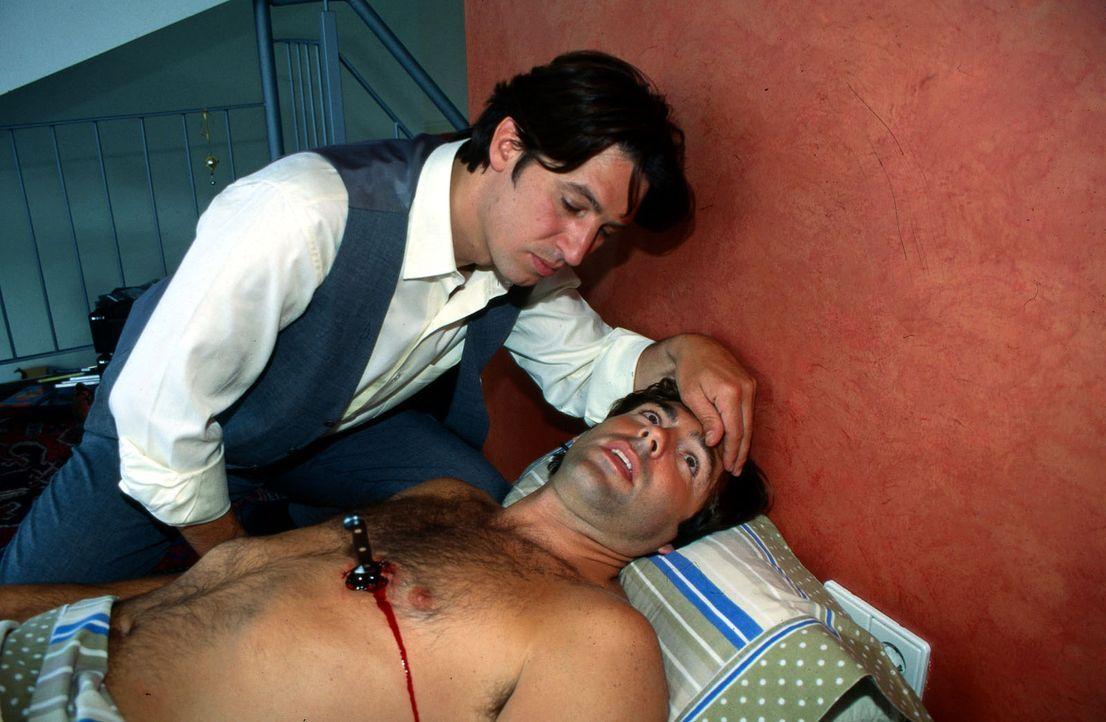 Kommissar Moser (Tobias Moretti, l.) untersucht die Leiche. Es handelt sich um Karin Friedls Freund, der im Schlaf erstochen wurde ... - Bildquelle: Ali Schafler Sat.1