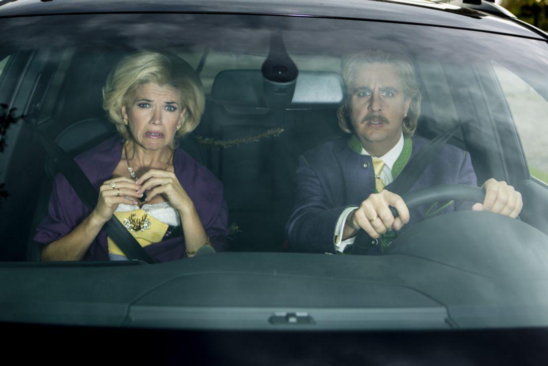 """Bastian (Bastian Pastewka, r.) ist zusammen mit Anke ( Anke Engelke, l.) auf dem Weg zu einer Charity-Gala, bei der sie als """"Wolfgang & Anneliese"""" a... - Bildquelle: Frank Dicks SAT.1"""