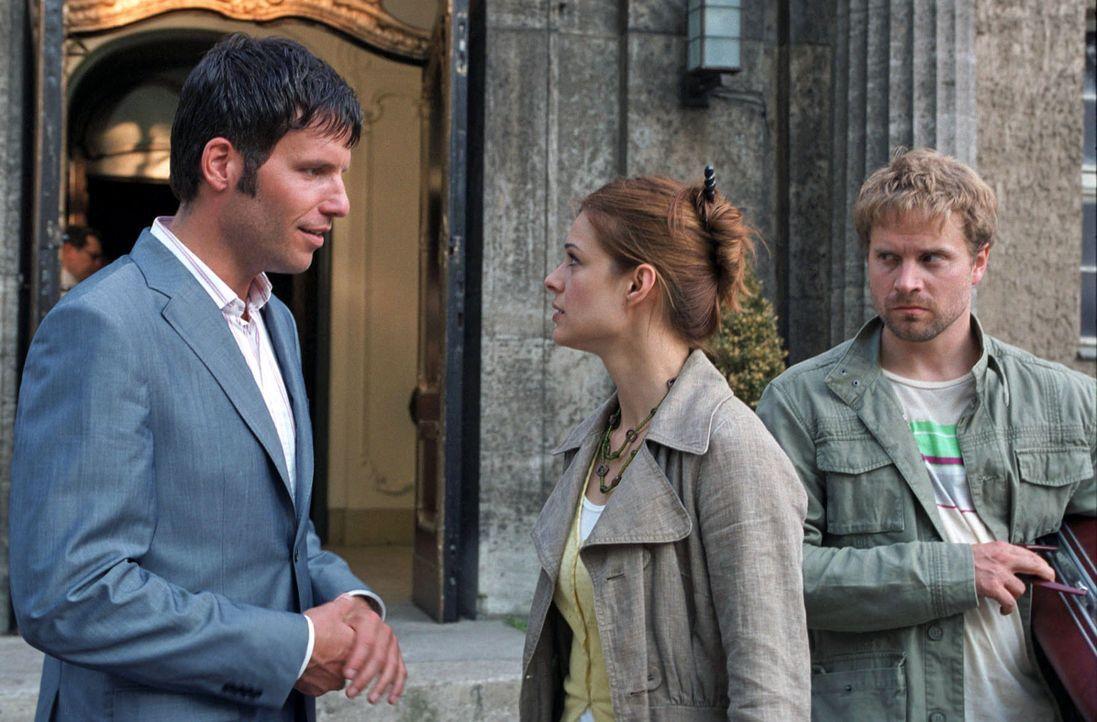 Ben (Janek Rieke, r.) und Paula (Suzan Anbeh, M.), die sich so gut wie gar nicht kennen, erscheinen als Paar auf der Hochzeit von Jan (Tim Bergmann,... - Bildquelle: Sat.1