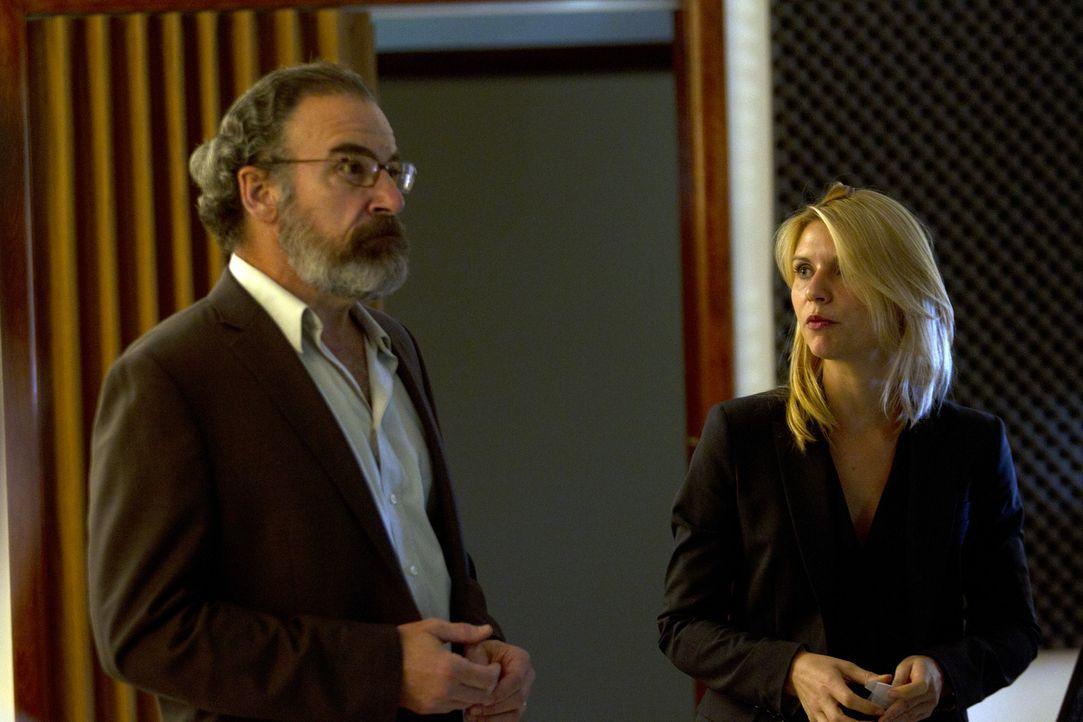 Von Sauls (Mandy Patinkin, l.) Verhalten vollkommen enttäuscht, nimmt Carrie (Claire Danes, r.) von nun an alles selbst in die Hand ... - Bildquelle: 2011 Twentieth Century Fox Film Corporation. All rights reserved.