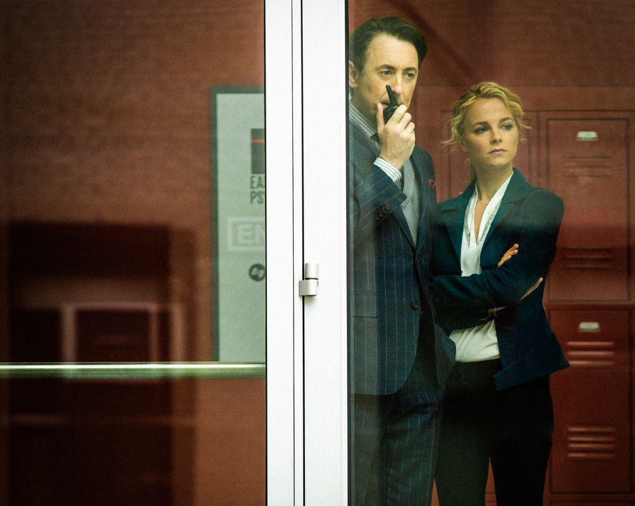 Ihr neuer Mordfall führt Dylan (Alan Cumming, l.) und Lizzie (Bojana Novakovic, r.) zu einer Reihe möglicher Verdächtiger ... - Bildquelle: Francisco Roman 2017 CBS BROADCASTING INC. ALL RIGHTS RESERVED./Francisco Roman