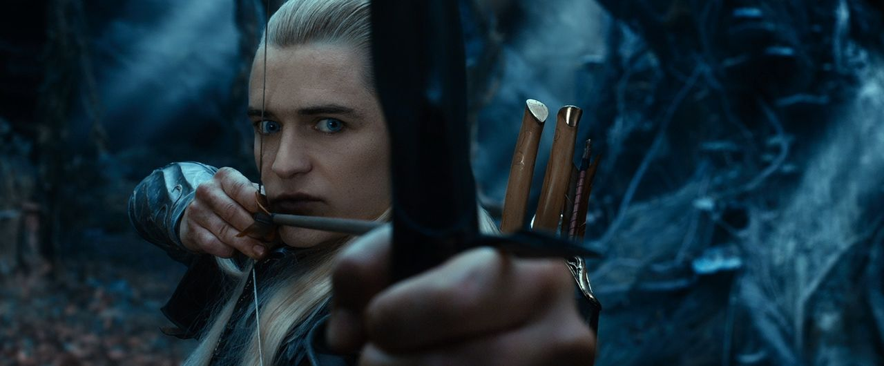 Keine Frage, mit Pfeil und Bogen kann er umgehen. Aber ist Legolas (Orlando Bloom), Sohn des Elbenkönigs, auf der Seite von Bilbo oder eher gegen ih... - Bildquelle: 2013 METRO-GOLDWYN-MAYER PICTURES INC. and WARNER BROS. ENTERTAINMENT INC.