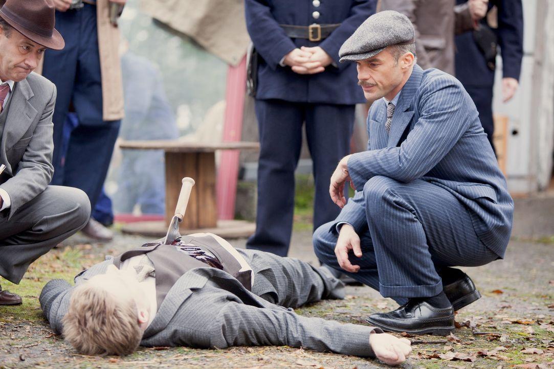 Als im Jahre 1945 der Widerständler Armand Jonquet ermordet wird, ermittelt Inspektor Pierre Barreau (Philippe Bas, r.) in dem Fall. 68 Jahre später... - Bildquelle: Jaïr Sfez 2012 BEAUBOURG AUDIOVISUEL