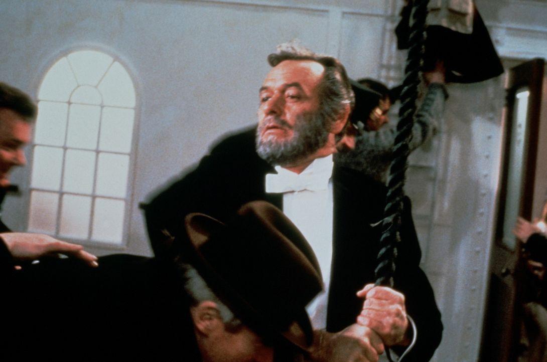 Der Multimillionär John Jacob Astor (David Janssen, M.) versucht, einen kühlen Kopf zu bewahren ... - Bildquelle: American Broadcasting Company
