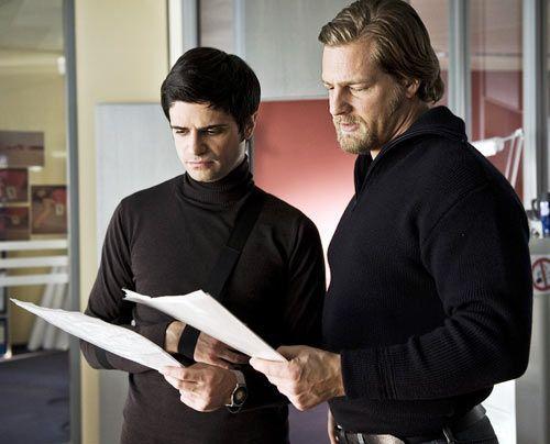 Papierkram: Mick Brisgau (Henning Baum, r.) und sein Kollege Andreas Kringge (Maximilian Grill) - Bildquelle: Martin Rottenkolber - Sat1