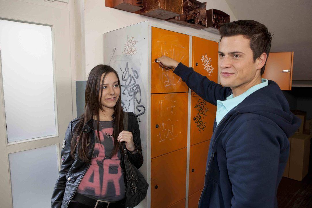 Genießen den Triumph über Caro: Luzi (Selina Müller, l.) und Timo (Rocco Stark, r.) ... - Bildquelle: SAT.1