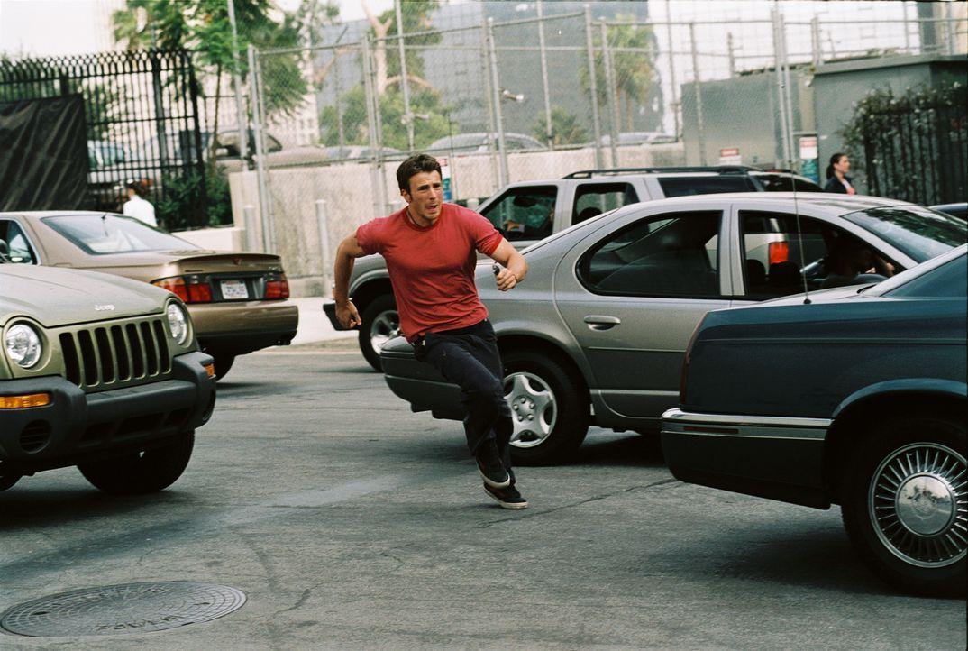 Als Ryan (Chris Evans) Jessicas Spur aufnimmt, gerät auch sein Leben in Gefahr. Je mehr er erfährt, desto tiefer gerät er in ein Wespennnest, in dem... - Bildquelle: Warner Bros. Pictures