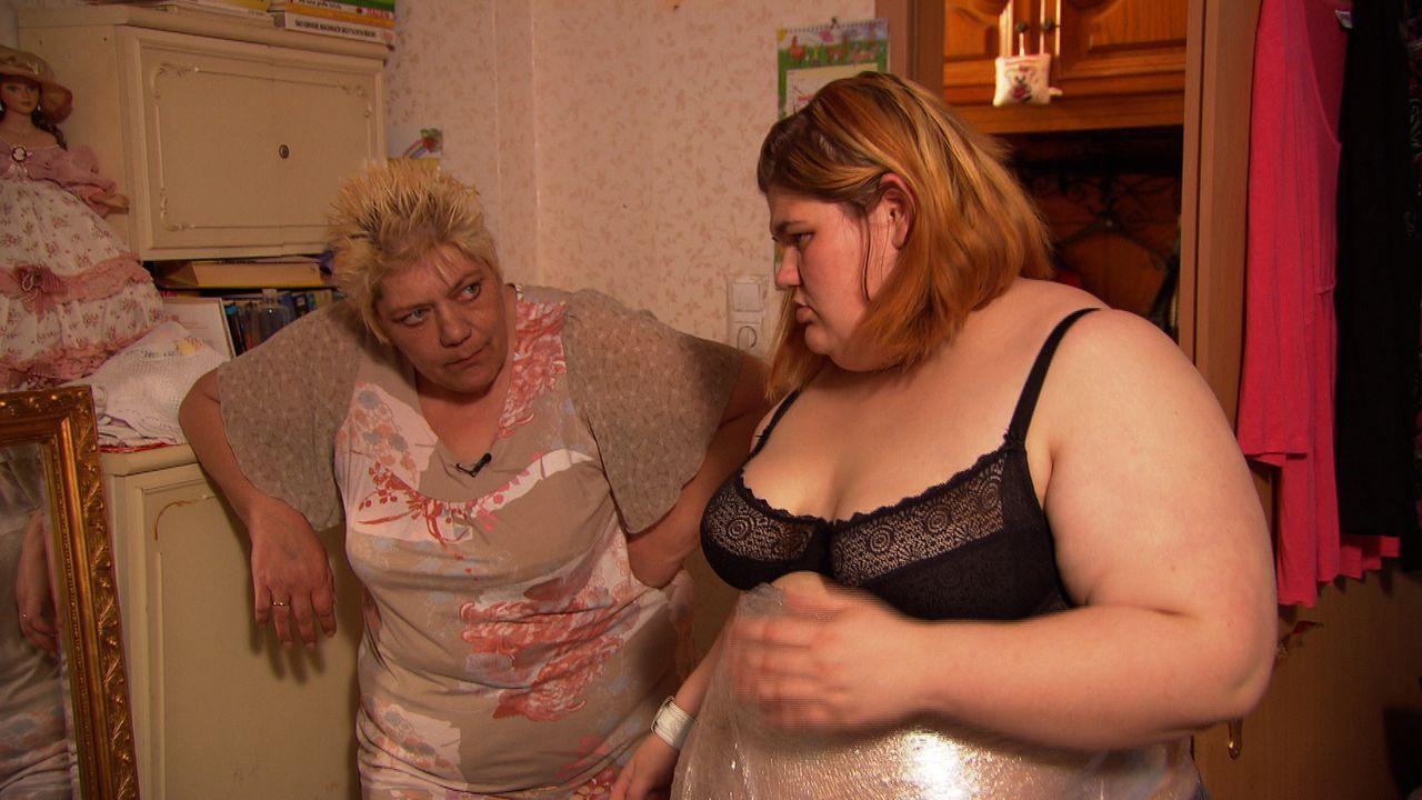Die stark übergewichtige Eileen (r.) will sich auch von ihrer Tante Doris (l.) nicht wirklich helfen lassen ... - Bildquelle: SAT.1