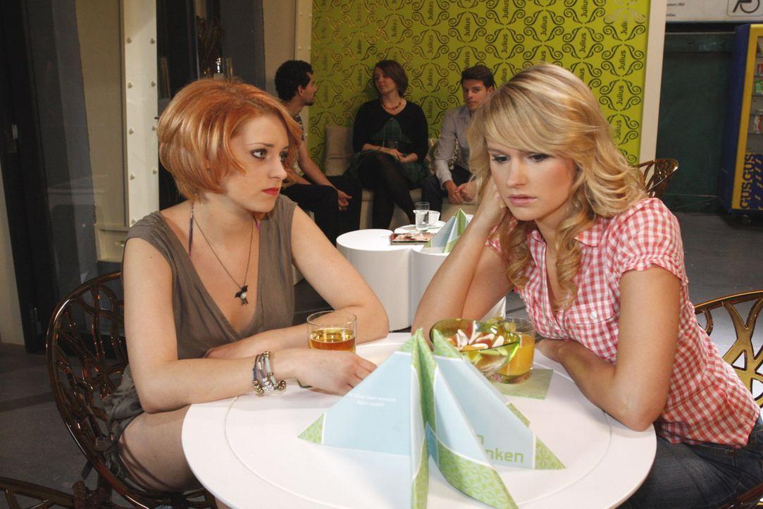 Jana (Ronja Peters, l.) versucht, Jessica (Isabell Ege, r.) zu trösten, die beschlossen hat, dass sie Moritz nie wieder sehen will ... - Bildquelle: SAT.1