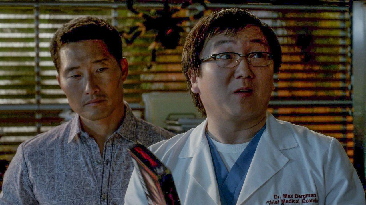 Ein Serienmord beschäftigt Chin (Daniel Dae Kim, l.) und Max (Masi Oka, r.) ... - Bildquelle: 2014 CBS Broadcasting Inc. All Rights Reserved.